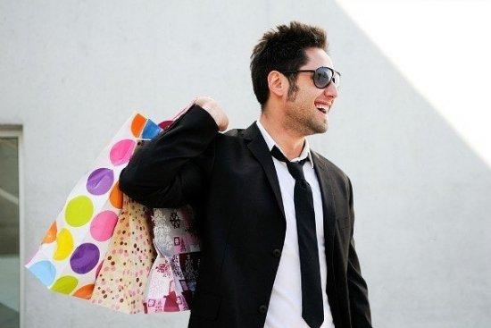 Мужчина делает покупки