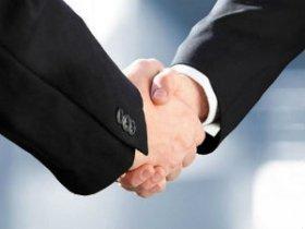Мужчины пожимают руку друг другу